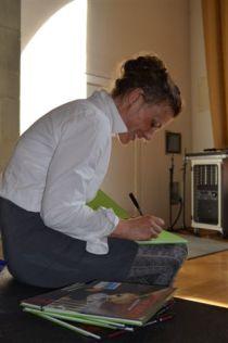 Irmi Wette signiert das Bilderbuch Pfoten weg!